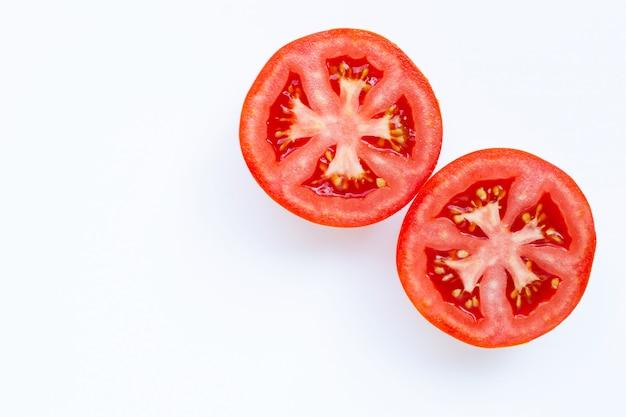 Свежие помидоры на белом фоне.