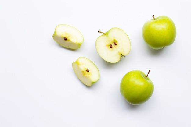 白い背景の上の緑のリンゴ。