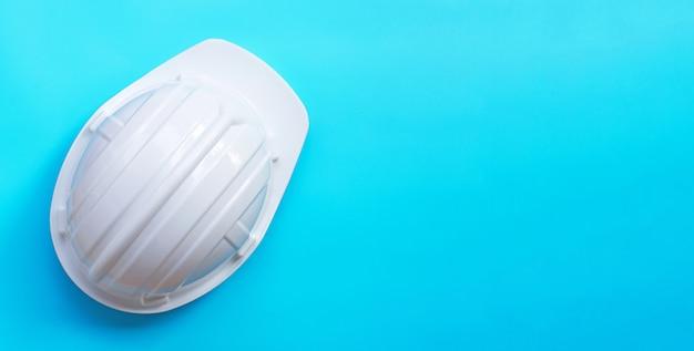 Строительный шлем на синем фоне.