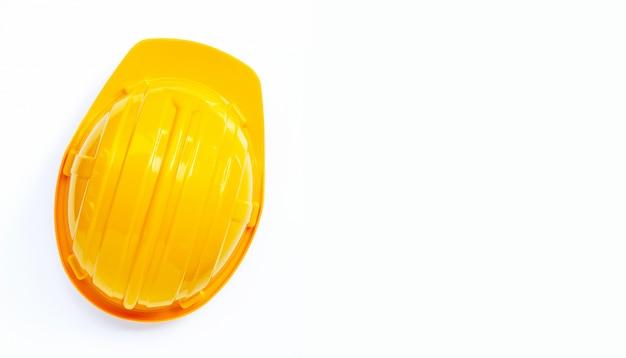 Строительный шлем на белом фоне.