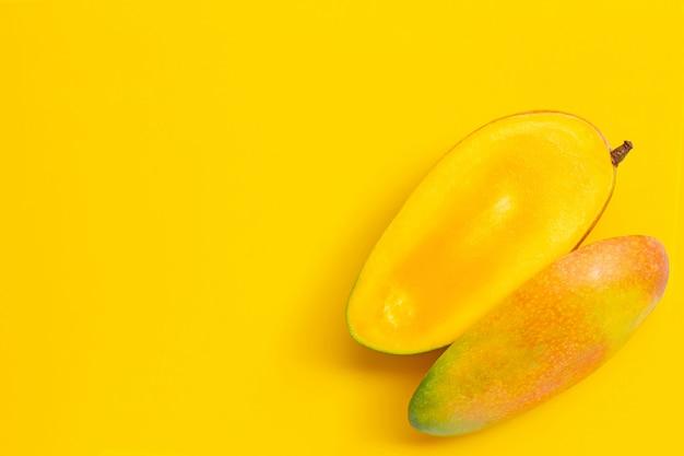 Тропический фрукт, манго на желтом фоне. копировать пространство