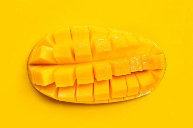 Тропический фрукт, манго на желтом фоне.