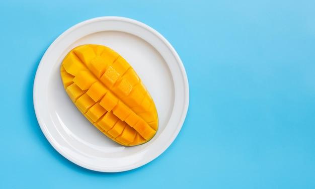 Тропический фрукт, манго на синем фоне.