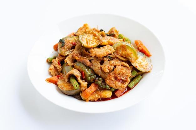 タイ料理、スパイシーな豚肉のハーブ炒め