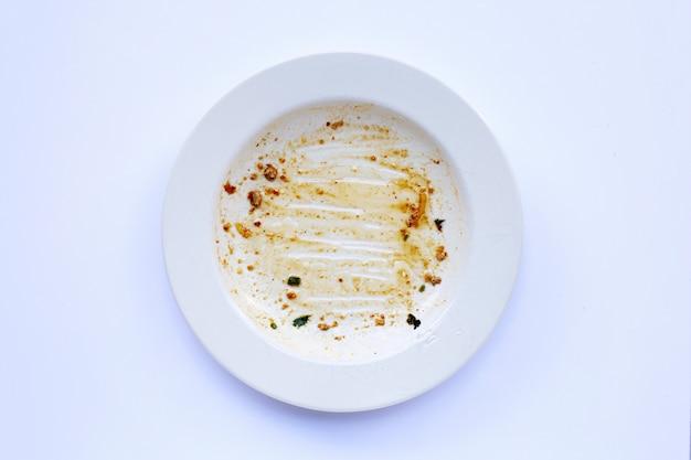 白い背景の上の汚れた皿。