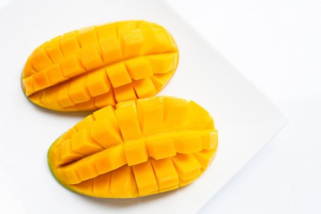 Тропический фрукт, манго на белой тарелке