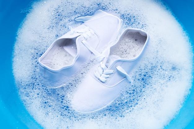 Замочите обувь перед стиркой. чистка грязных кроссовок.