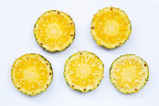 Ломтики ананаса предпосылки свежие белые.