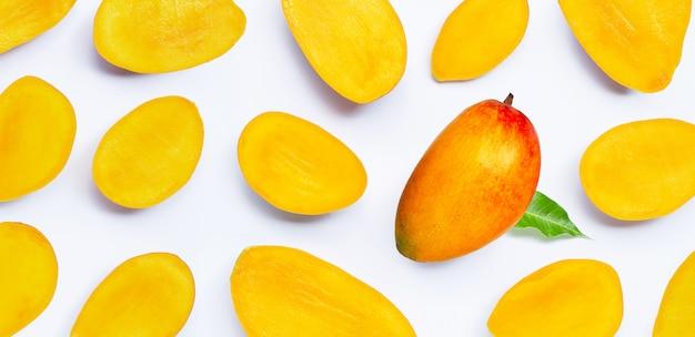 Тропический плодоовощ, куски манго на белой предпосылке.