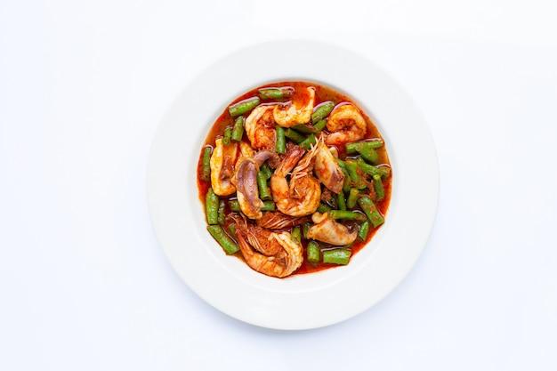 Пряные жареные морепродукты и фасоль с красной пастой карри. тайская еда
