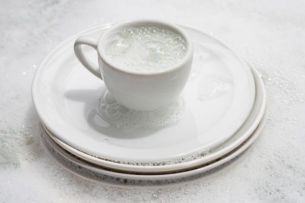 食器洗い、台所の流しにカップをつけた汚れた皿。