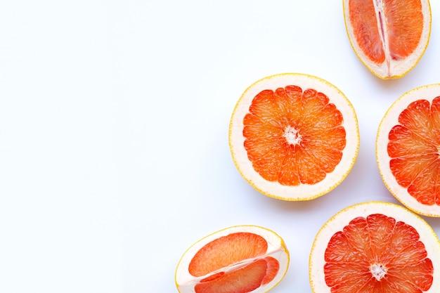 Высокое содержание витамина с. сочный грейпфрут на белом.