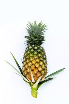 白い表面に単一の全体のパイナップル