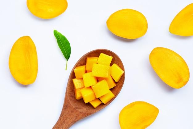 Тропический плодоовощ, манго на белой поверхности. вид сверху