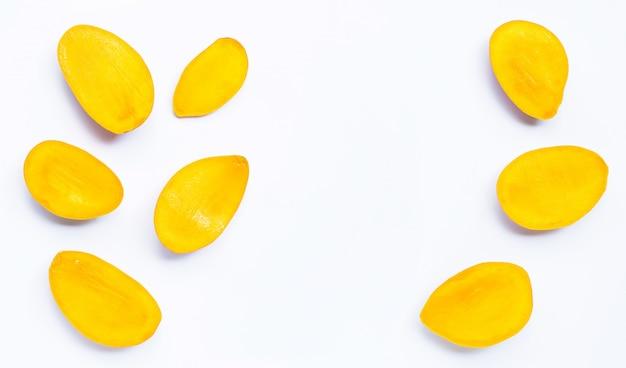 Тропические фрукты, ломтики манго на белом фоне.