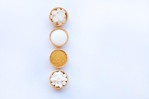 白い背景に様々なタイプの砂糖。