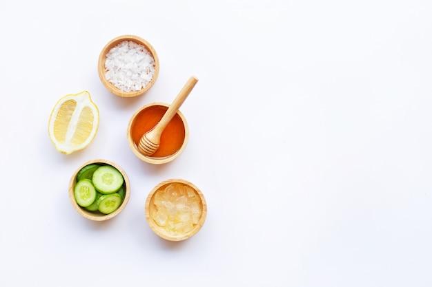 アロエベラ、レモン、キュウリ、塩、蜂蜜。手作りのスキンケアのための天然成分