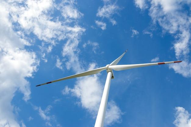 再生可能なグリーンエネルギーの生産のための美しい自然の風景の中の風力タービン発電機。