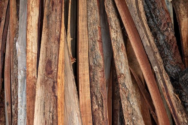 鋸引き木材からの三日月木材の結合されたヒープ