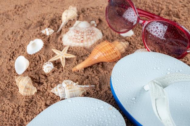 砂の上のビーチアクセサリー