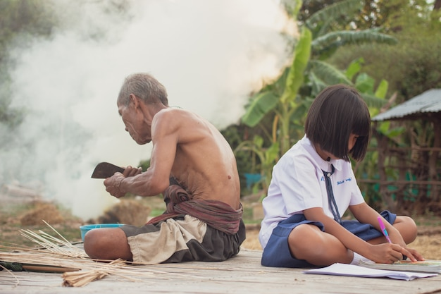 Дед и внучка в сельской местности. жизнь в сельской азии