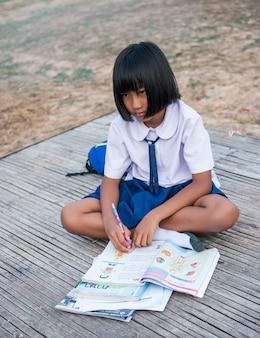田舎のアジアの女子学生