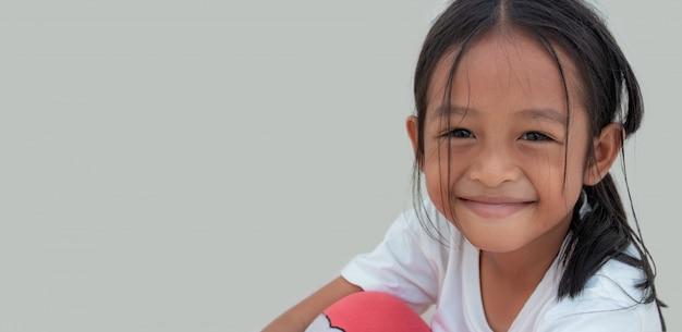 小さなアジアの女の子は幸せそうに笑った