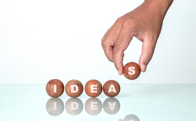 Вдохновляющие цитаты из круглого дерева для творческих идей.