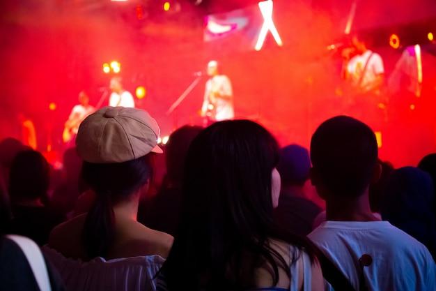 音楽コンサートで楽しんでいる人々のグループ