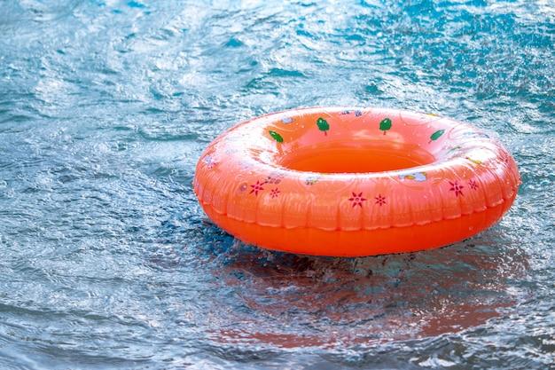 スイミングプールで楽しんでいる子供たち
