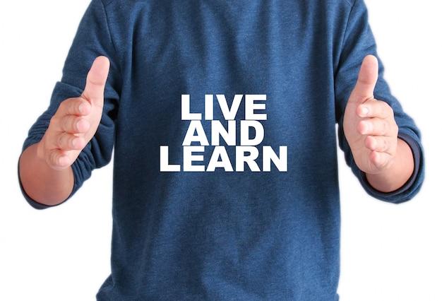 テキストを持つ男性の手は生きて学びます