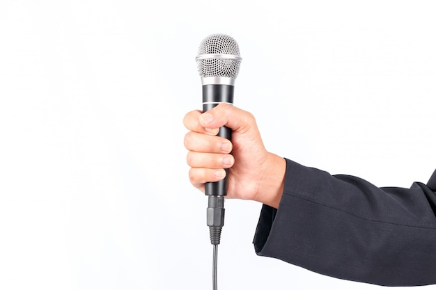 Деловой человек держит микрофон на белом фоне