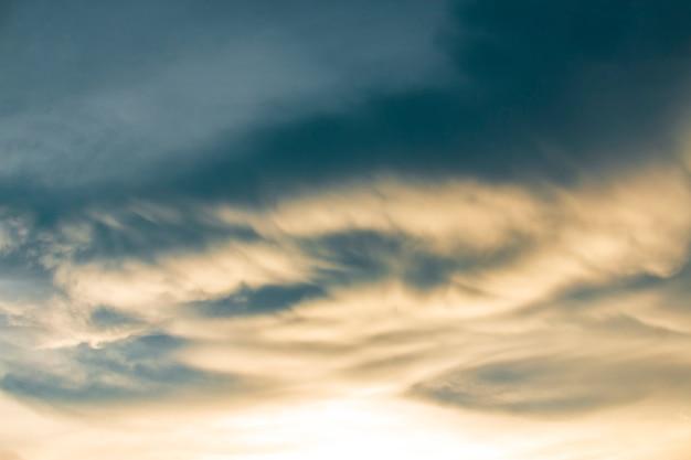 空に奇妙な雲