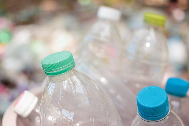 Пластиковая бутылка мусора для повторного использования концепции переработки
