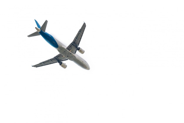 飛行機は白で隔離される国際空港から離陸します。