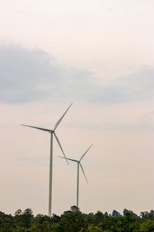 再生可能なグリーンエネルギーの生産のための美しい自然の風景の中で風力タービン農場発電機は環境にやさしい産業です。