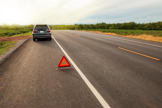 予期せぬ出来事旅行の近くで旅行中、赤い警告三角。