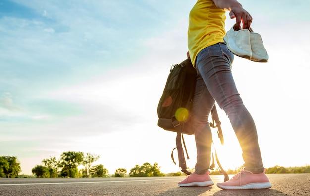 女性は作業靴を出て、高速道路でスニーカーを着ていた。