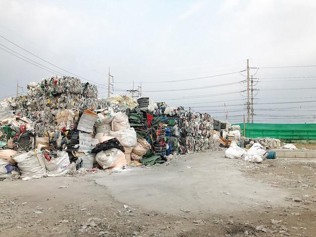 廃棄物の山はリサイクルされます。