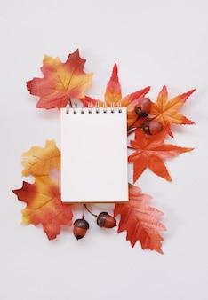 カラーメイプルと結婚式のノートブック白い背景に葉。