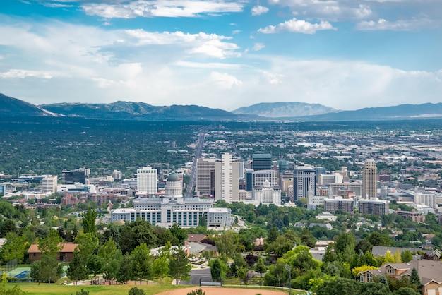 晴れた日にユタ州ソルトレイクシティの眺め