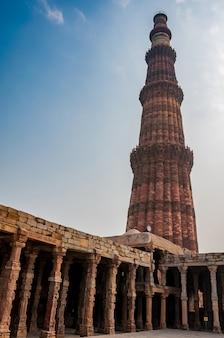 Кутуб минар, самая высокая мраморная и красная песчаная башня дели, индия