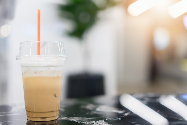テーブルの上のアイスコーヒー。コーヒーショップでメニューを飲む