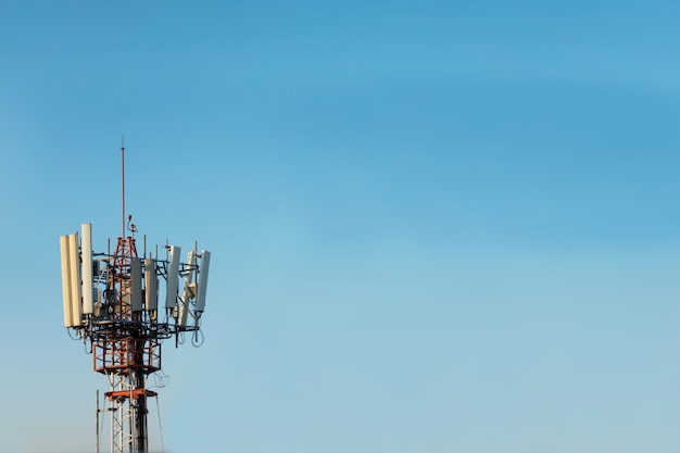 青い空を背景に通信鉄塔。無線通信のコンセプト