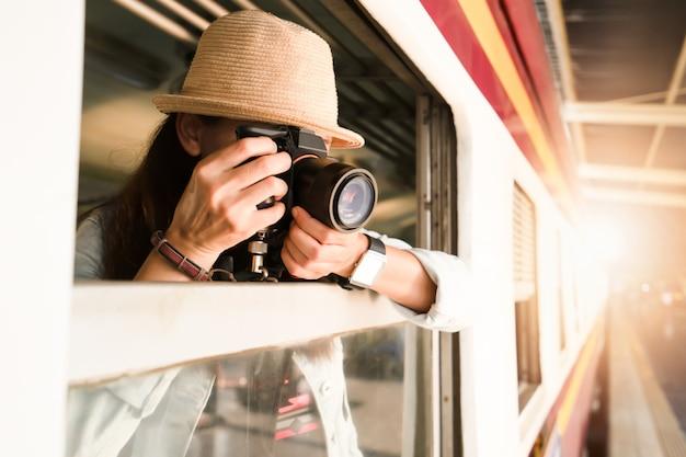Женщина-фотограф, путешествующий на поезде