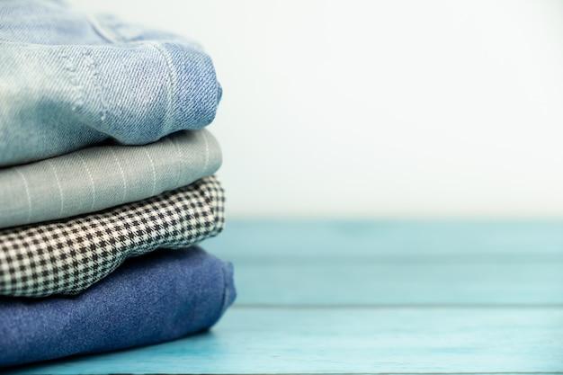 積み上げ服やズボンの分離白