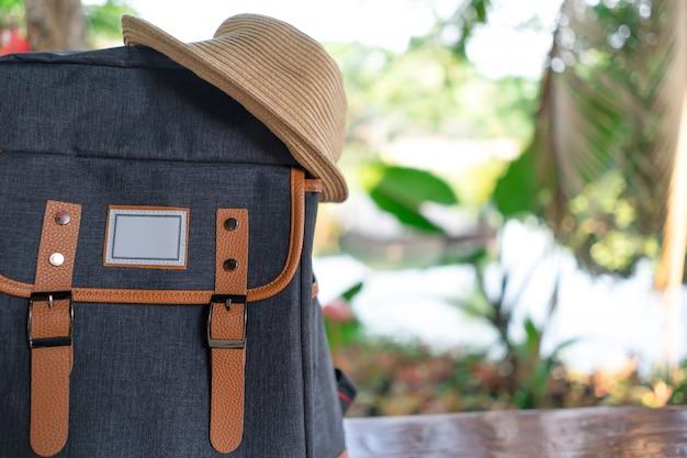 旅行者とバックパック。旅行の概念