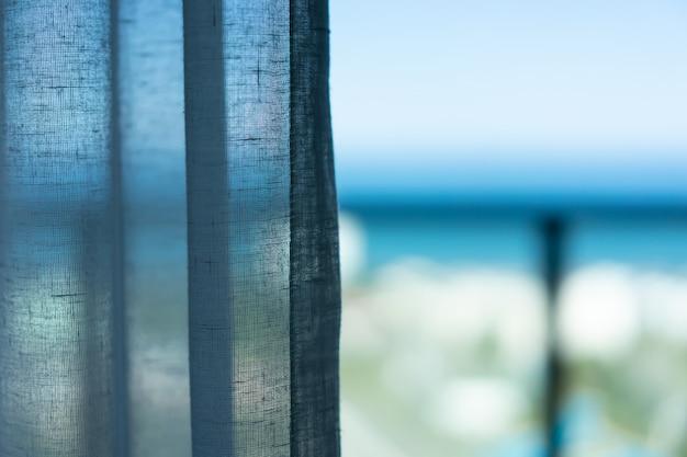 午前中は窓際のカーテン。