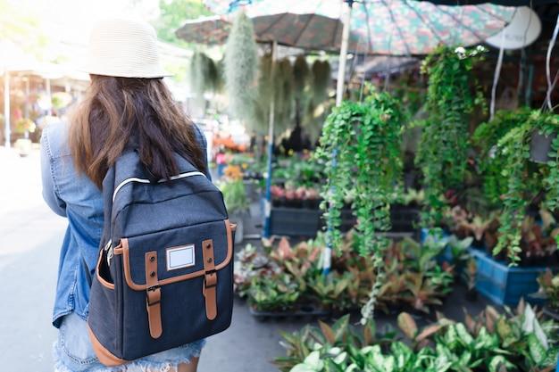 旅行のためのバックパックを持つアジアの女性