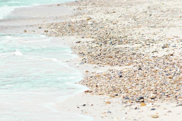 Камень на пляже у моря.